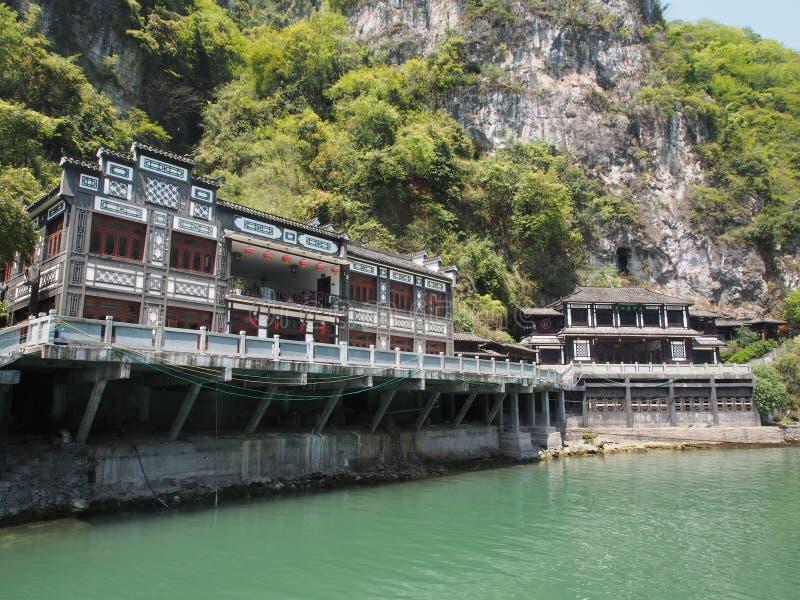 La travesía del río a Three Gorge Dam y visita el pequeño local v imagen de archivo