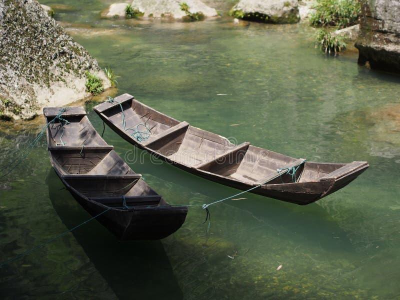 La travesía del río a Three Gorge Dam y visita el pequeño local v fotos de archivo