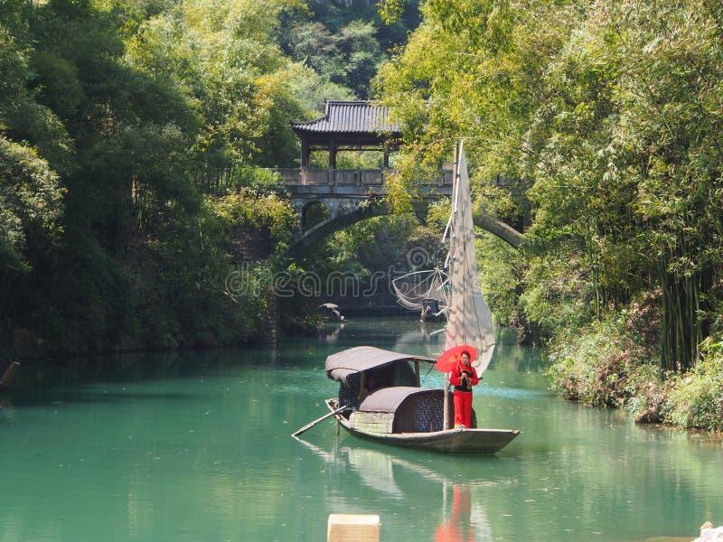 La travesía del río a Three Gorge Dam y visita el pequeño local v fotografía de archivo