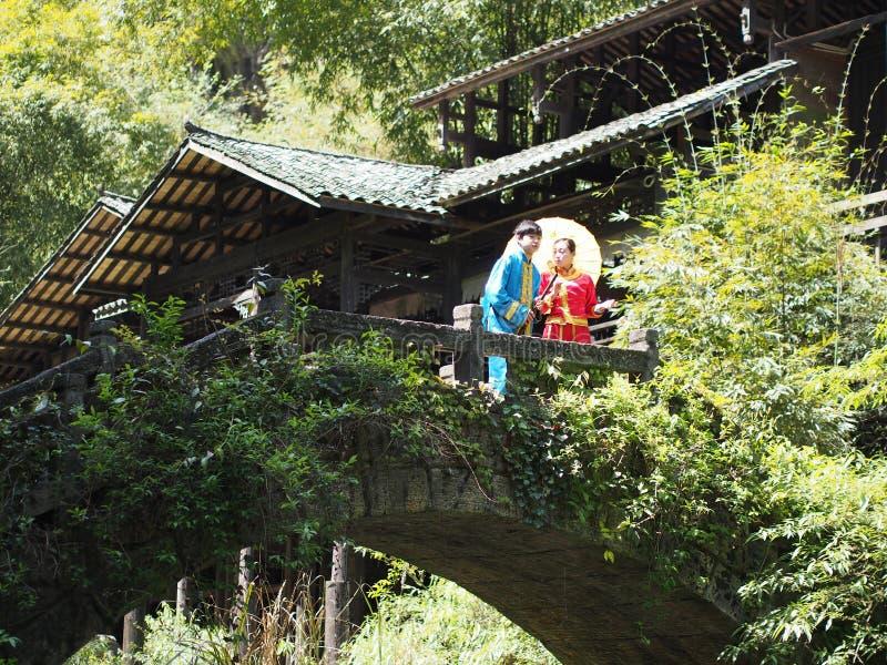 La travesía del río a Three Gorge Dam y visita el pequeño local v fotografía de archivo libre de regalías