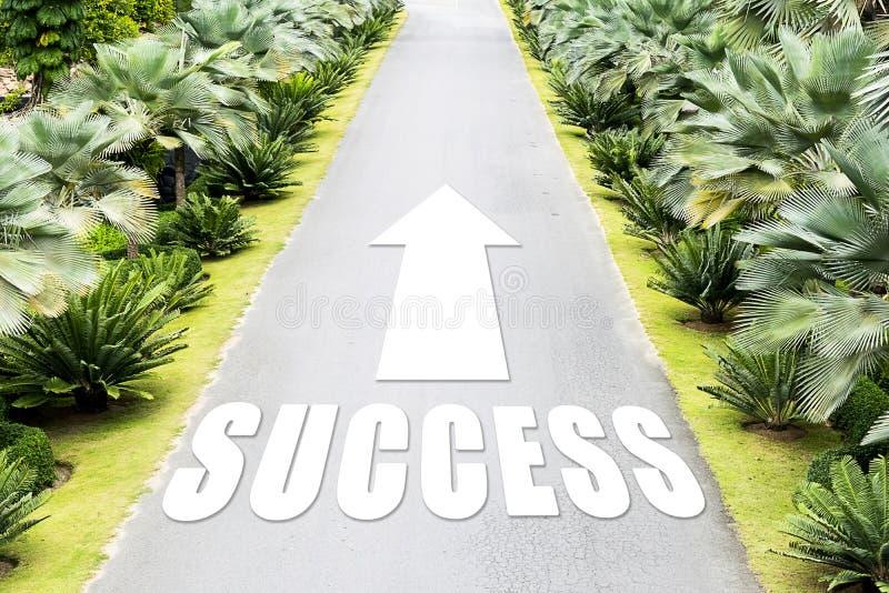 La trayectoria del éxito en el futuro, flecha que señala adelante imagen de archivo