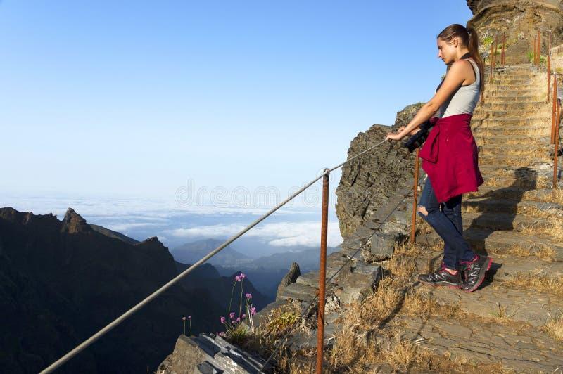 La trayectoria del senderismo de la montaña de la bobina en Pico hace Areeiro, Madeira, Portugal fotos de archivo libres de regalías