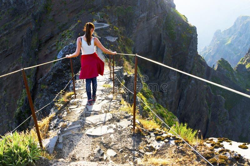 La trayectoria del senderismo de la montaña de la bobina en Pico hace Areeiro, Madeira, Portugal foto de archivo