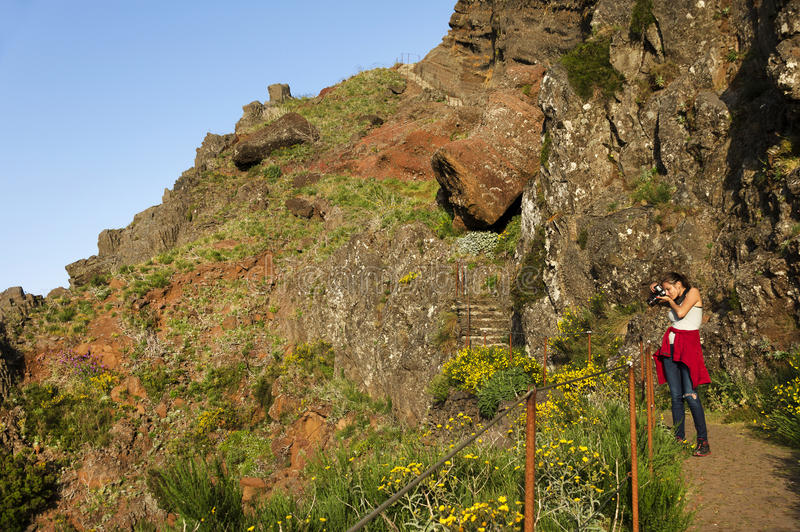 La trayectoria del senderismo de la montaña de la bobina en Pico hace Areeiro, Madeira, Portugal imagenes de archivo