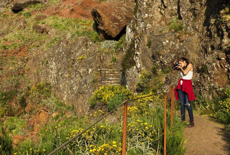 La trayectoria del senderismo de la montaña de la bobina en Pico hace Areeiro, Madeira, Portugal foto de archivo libre de regalías