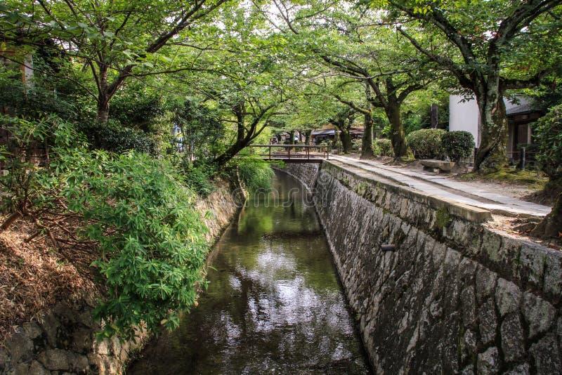 La trayectoria durante un día de verano caliente, provincia de Kansai, Japón del ` s del filósofo foto de archivo libre de regalías