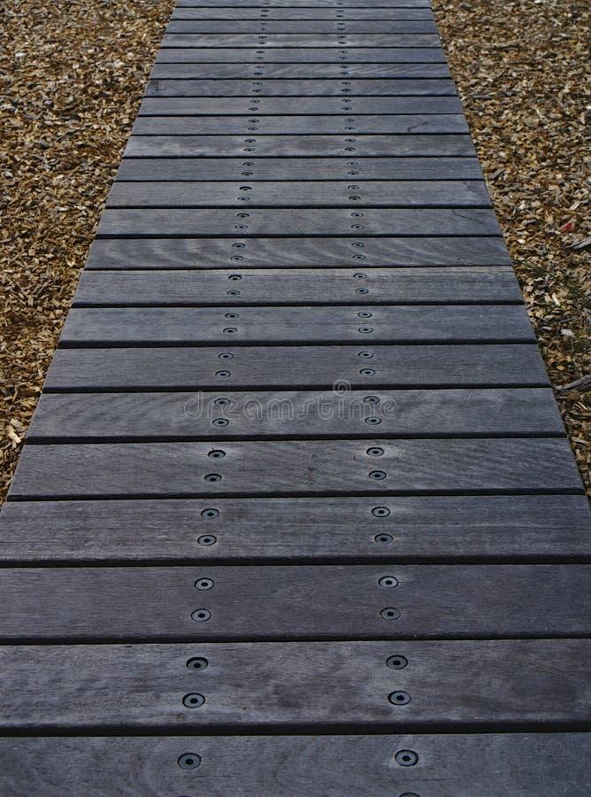 La trayectoria que caminaba hizo el material de madera imagen de archivo