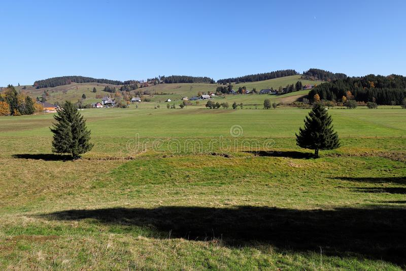 La trayectoria que caminaba preciosa llamó el ` de Ibacher Panoramaweg del ` cerca de Oberibach que mostraba el paisaje colorido  imagenes de archivo