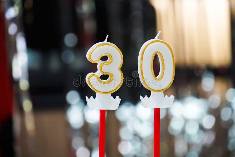 La trentième bougie sur un gâteau célèbrent la fête d'anniversaire photo stock