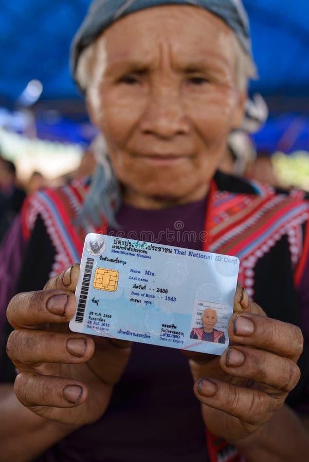 La tribù non identificata della collina mostra la sua carta nazionale di identificazione immagine stock libera da diritti