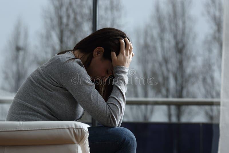 La triste femme se plaint seule à la maison photos libres de droits
