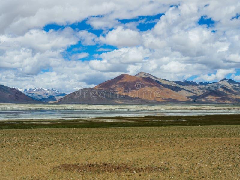 La TSO Kar Lake avec la neige a couvert le fond de montagne, Leh, Ladakh images stock