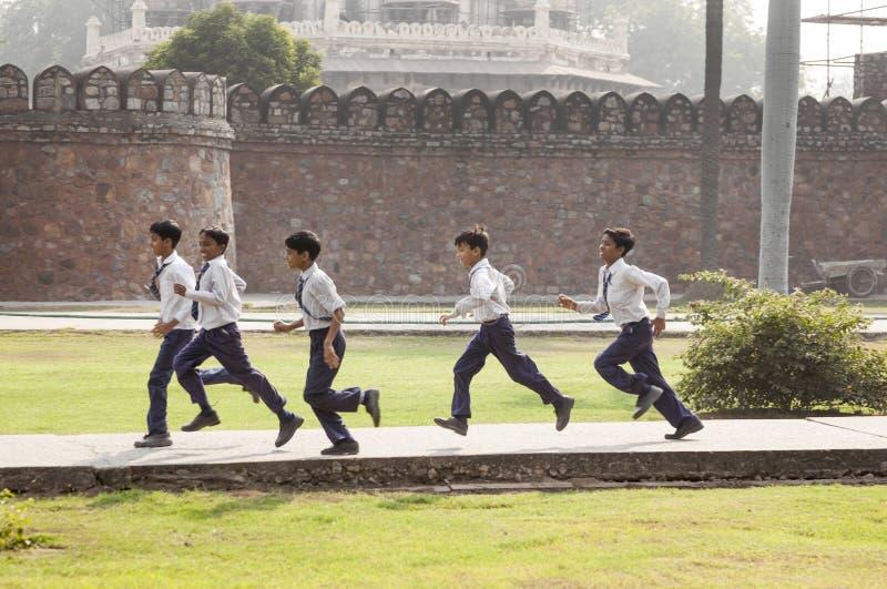 La tumba de Humayun de la visita de los alumnos en Delhi imágenes de archivo libres de regalías