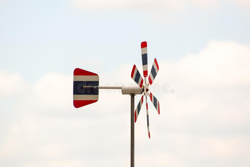 La turbina de viento tailandesa de la bandera, contexto natural borroso del color del cielo, el viento sopla a través, haciendo e imagenes de archivo