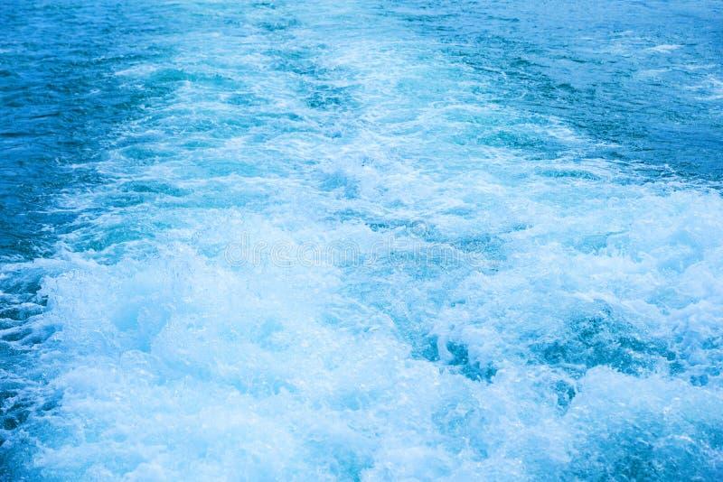 La turbulence de l'eau a fait d'un propulseur de bateau image stock