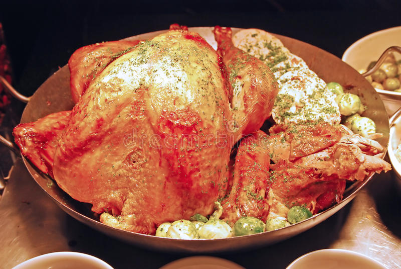 La Turchia arrostita durante la stagione di Natale con i piatti laterali immagini stock