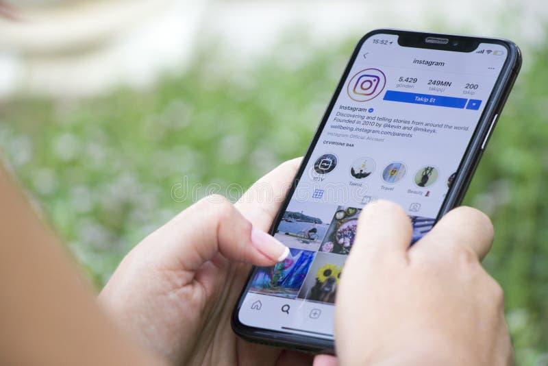 La Turchia, Costantinopoli - 15 settembre 2018: Mani su esperienza su instagram Esame dell'applicazione del cinguettio Mostra del immagini stock libere da diritti