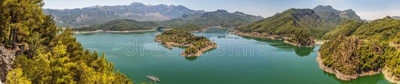 La Turchia Panorama Lago profondo enorme nelle montagne immagini stock libere da diritti
