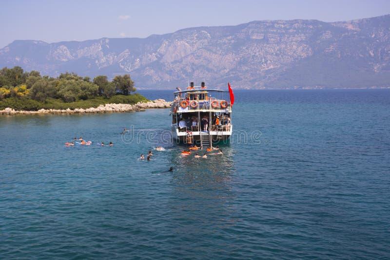 La Turquie, île de la mer Égée - 28 juin 2019 Les gens sautent de naviguer le yacht et le bain en mer ouverte dans les îles de la photos libres de droits