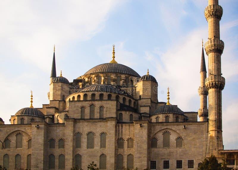 La Turquie, Istanbul, mosquée bleue avec des minarets, dômes, fenêtres arquées photographie stock