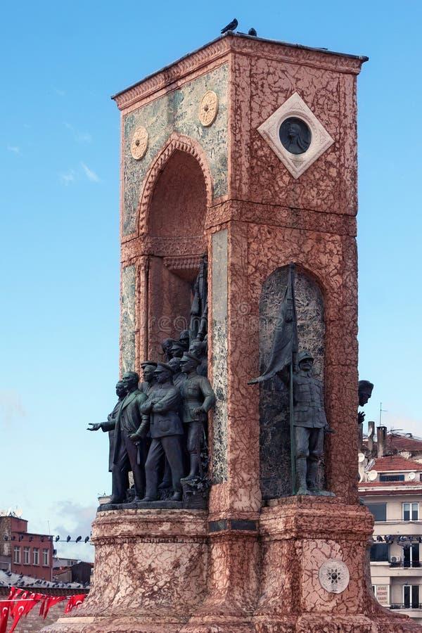 LA TURQUIE, ISTANBUL - 7 NOVEMBRE 2013 : Les éléments du monument célèbre de République sur Taksim ajustent photos stock