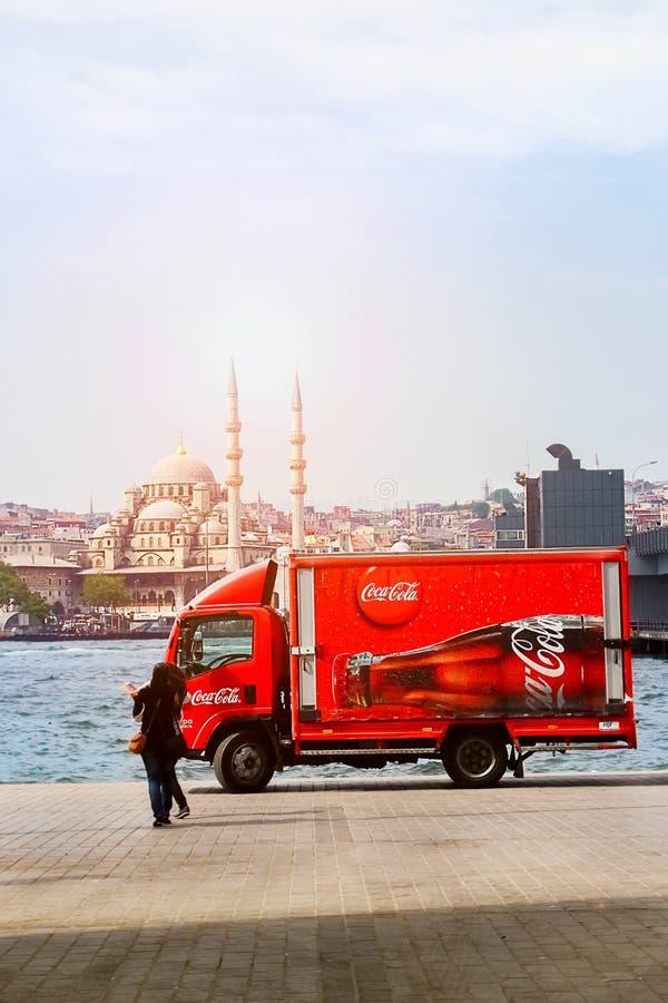 La Turquie, Istanbul, remblai - juin 2016 : Coca-Cola de camion sur l'architecture de strinam de fond images stock