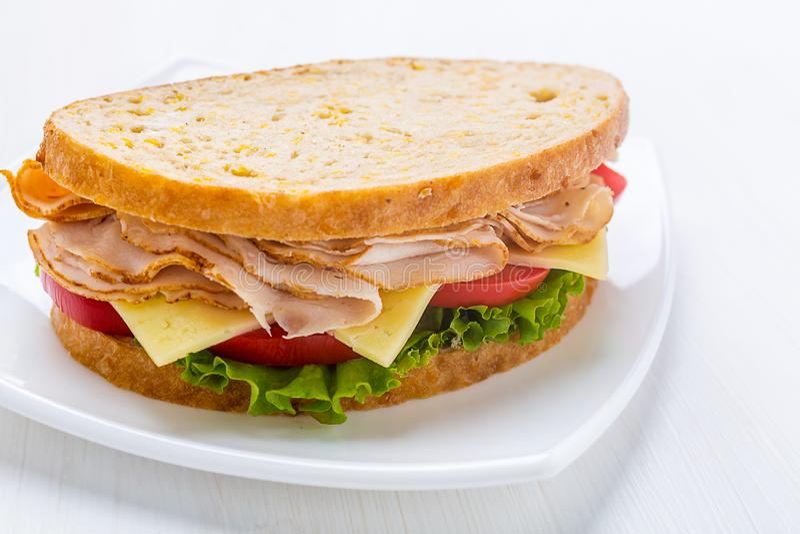 La Turquie, le fromage et le sandwich sains à légumes images libres de droits