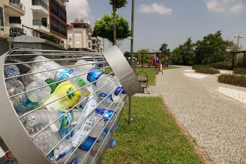 La Turquie Manavgat- juin 2018 Bouteilles en plastique dans le conteneur Collecte des d?chets distincte ?cologie photographie stock libre de droits