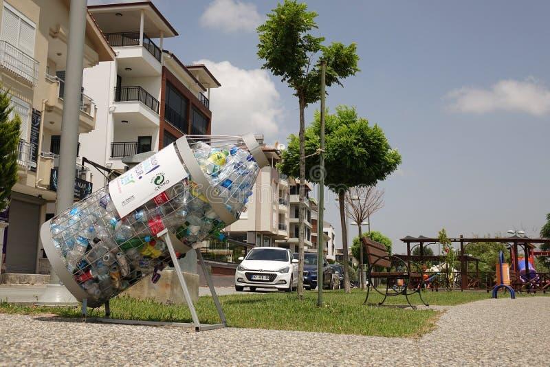 La Turquie Manavgat- juin 2018 Bouteilles en plastique dans le conteneur Collecte des d?chets distincte ?cologie photo libre de droits