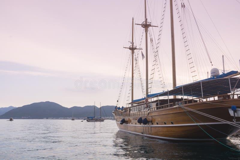 La Turquie, Marmaris - 20 juin 2019 Stationnement de yacht en mer au coucher du soleil à l'arrière-plan des montagnes dans la bai photos libres de droits