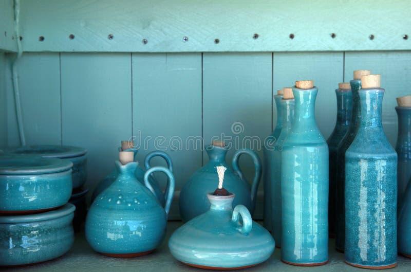 La turquoise a glacé les pichets en céramique, Crète, Grèce image libre de droits