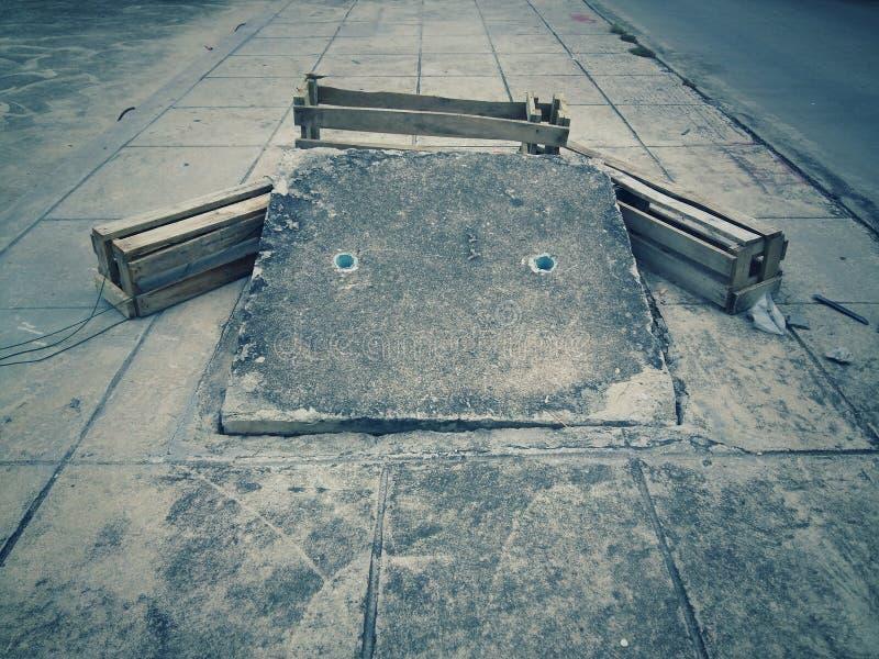 La tuyauterie souple de vidange sur la batte est formée comme un béton rectangulaire, photos stock