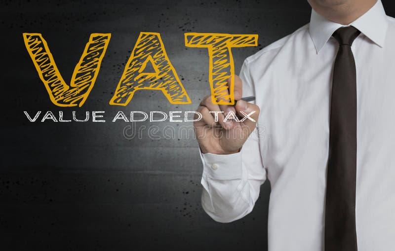 La TVA est écrite par l'homme d'affaires sur l'écran photos libres de droits