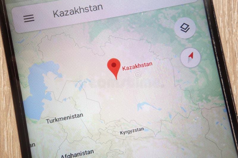 La ubicación de Kazajistán en Google Maps exhibió en un smartphone moderno imagen de archivo libre de regalías