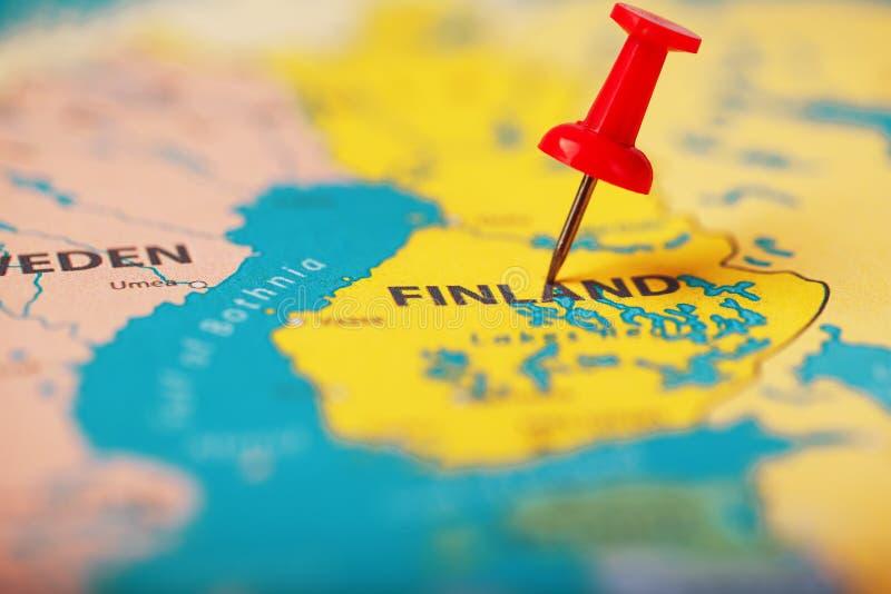 La ubicación del destino en el mapa de Finlandia es indicada por un pasador rojo fotos de archivo