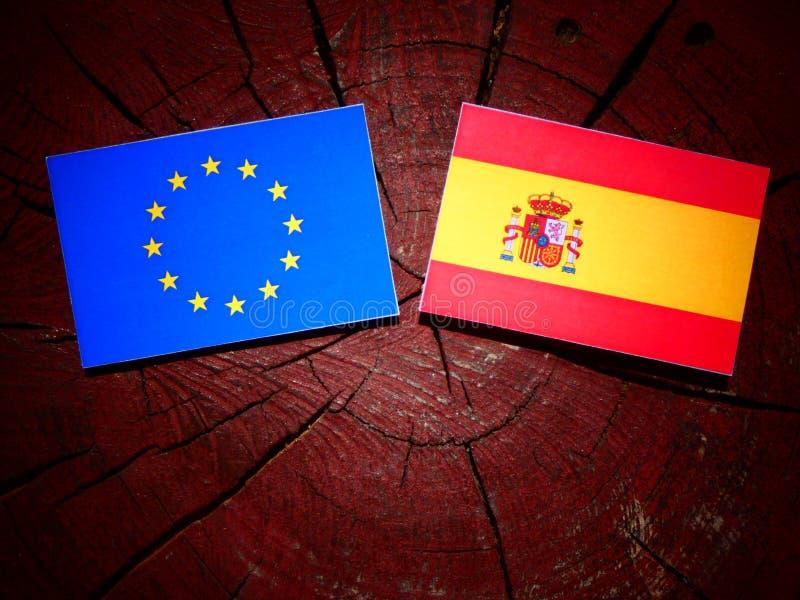 La UE señala por medio de una bandera con la bandera española en un tocón de árbol foto de archivo