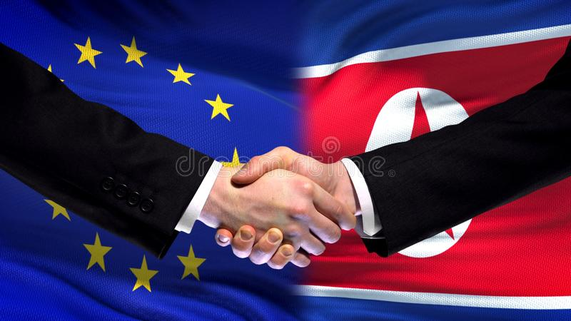 La UE y el apretón de manos de Corea del Norte, las relaciones internacionales de la amistad señalan el fondo por medio de una ba imagenes de archivo
