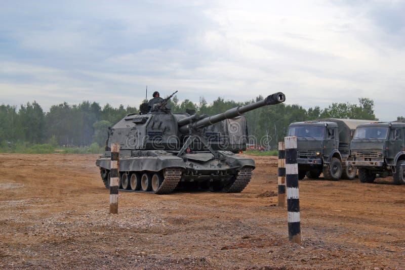 La unidad de artillería militar rusa Msta-m en la tierra en combate condiciona imagenes de archivo