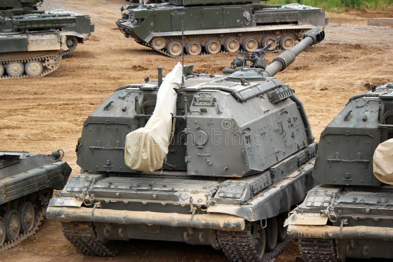 La unidad de artillería militar rusa Msta-m en la tierra en combate condiciona fotografía de archivo