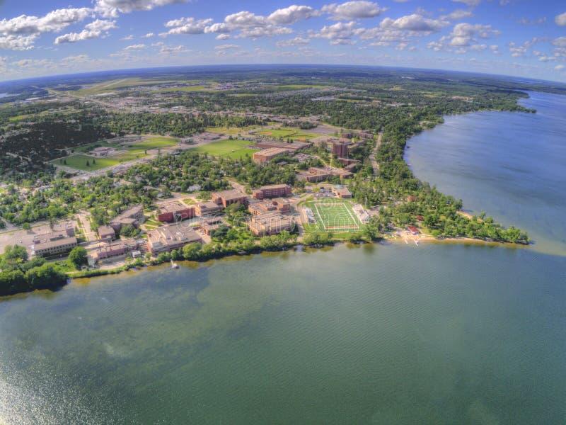 La universidad de estado de Bemidji es una universidad en una ciudad en Minnesota central en las orillas de un lago con el mismo  imagen de archivo