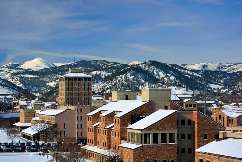 La universidad del campus de Colorado Boulder en un día de invierno Nevado fotografía de archivo libre de regalías