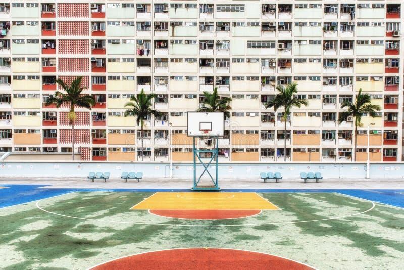 La urbanización colorida de Hong Kong con la cancha de básquet imágenes de archivo libres de regalías
