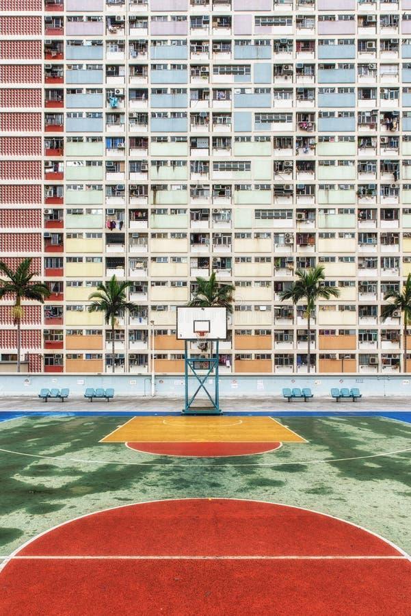 La urbanización colorida de Hong Kong con la cancha de básquet fotografía de archivo libre de regalías