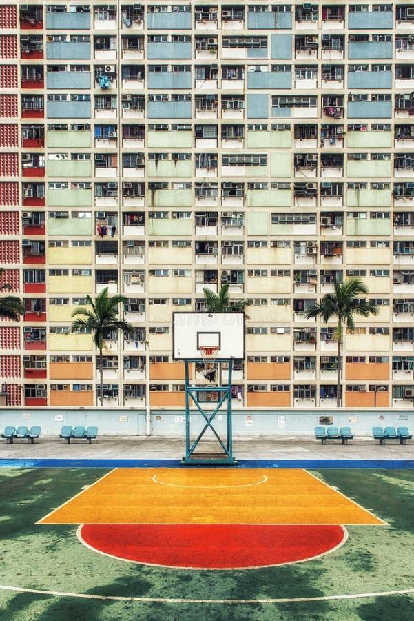 La urbanización colorida de Hong Kong con la cancha de básquet foto de archivo libre de regalías