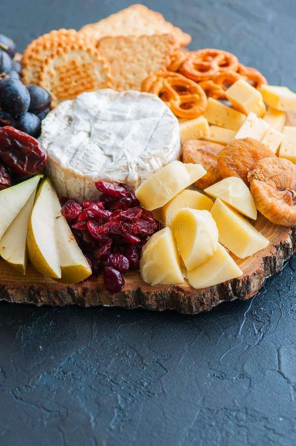 La uva de la placa de queso saló el arándano de las fechas secas de las galletas del craker, fi imagen de archivo
