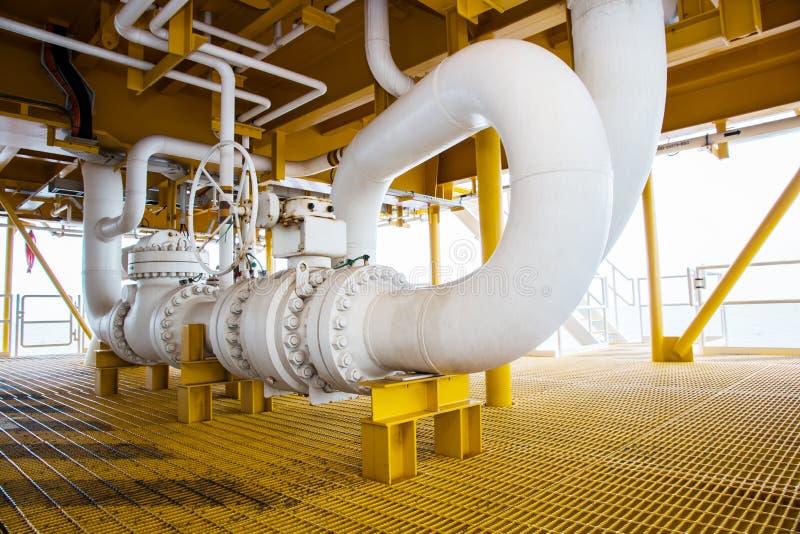 La válvula y el tubo alinean en plataforma de petróleo y gas a poca distancia de la costa imagen de archivo libre de regalías