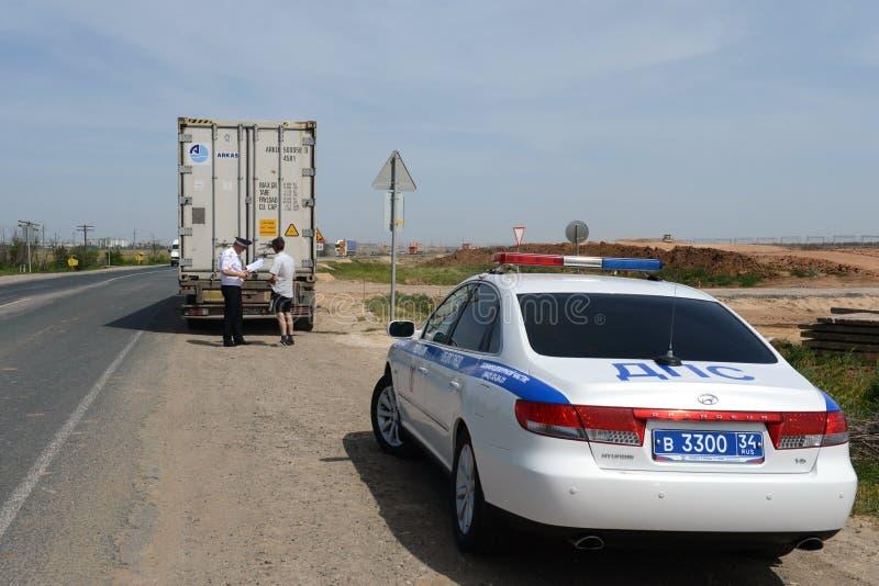 La vérification documente sur la route le conducteur d'un camion lourd image libre de droits