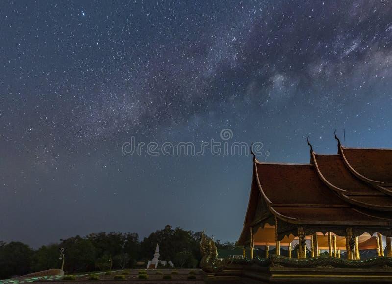 La vía láctea está sobre los templos tailandeses fotografía de archivo