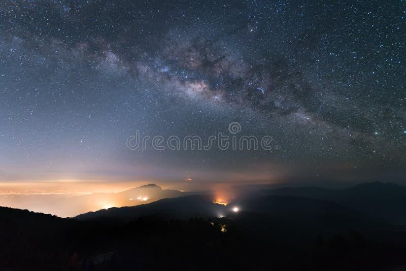 La vía láctea y el zodiaco se encienden en el cielo nocturno sobre el parque nacional de Doi Inthanon Chiang Mai, Tailandia imagen de archivo