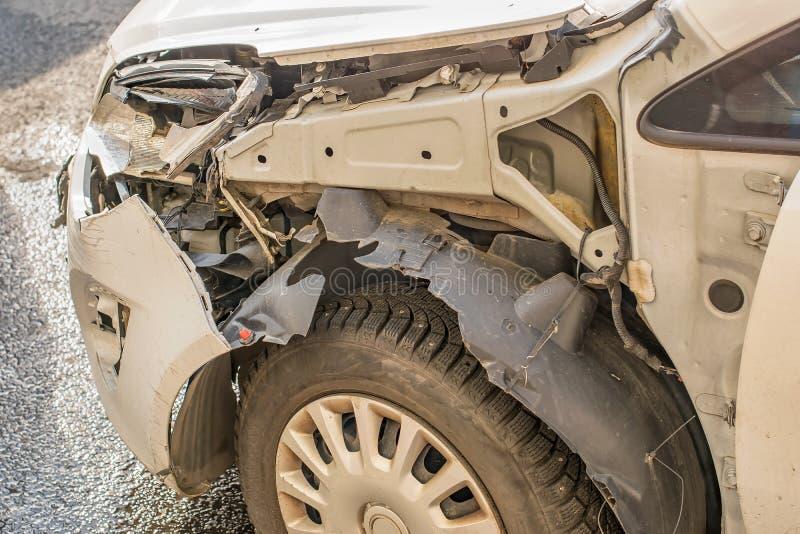 La víctima en un coche del accidente de tráfico con un cuerpo y un tope quebrados imagen de archivo